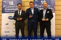 Zleva Tomáš Vnuk, Jakub Hodek (převzal cenu za Lukáše Rešetára) a Marek Kopecký po vyhlášení ankety.