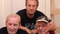 František Černý (kytara, zpěv), Karel Holas (housle, zpěv) a Radek Pobořil (akordeon) zahráli v Měšťanské  besedě akustický set. Koncert byl vyprodán, muzikanti se do Plzně vrátí v říjnu.