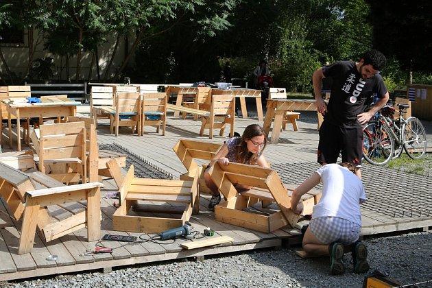 Dobrovolníci dokončili úpravu okolí Sportovního klubu uřeky a zároveň začali pro plovárnu vyrábět speciální mola