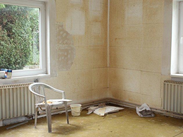 Na Cihlářce. Dům má sice nová okna, ale vnitřní prostory jsou v současné době nevyhovující
