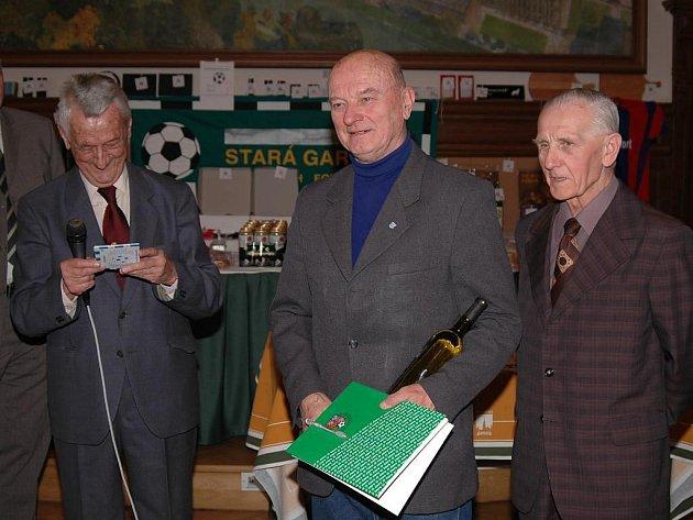 Krátce po svých devadesátých narozeninách odešel po delší nemoci do fotbalového nebe někdejší výborný útočník Viktorie a SK Plzeň Rudolf Hyrman (na archivním snímku vpravo)