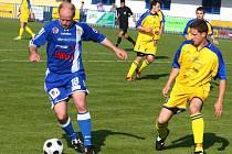 Divizní fotbalisté Senca Doubravka (ve žlutém) se v utkání 25. kola představí zítra na hřišti Domažlic