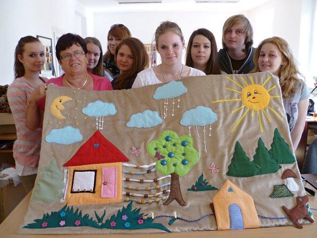 Studenti Církevní střední odborné školy Spálené Poříčí nedávno vytvořili pro zrakově postižené klienty Střediska pro ranou péči Plzeň plastické textilní obrázky.