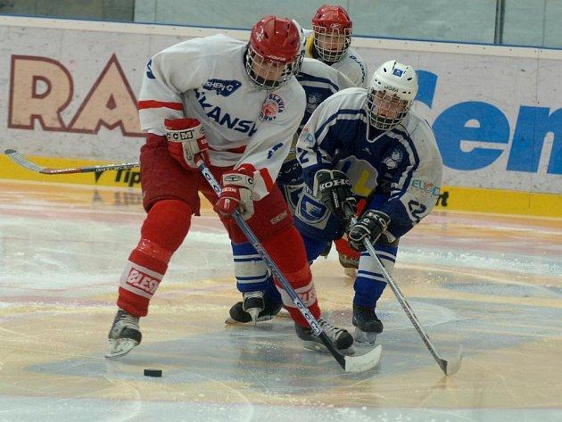 Loni vybojoval hokejový Lasselsberger Plzeň (na archivním snímku v tmavém) na finálovém turnaji mistrovství republiky v kategorii 9. tříd titul. Letos o něj bude bojovat od pátku do neděle opět na domácí půdě