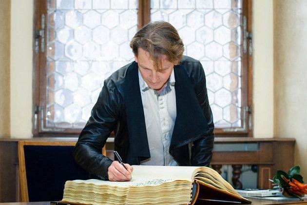 Jiří Pokorný, šéf plzeňského baletu, při podpisu do pamětní knihy poté, co převzal ocenění Pečeť města Plzně.