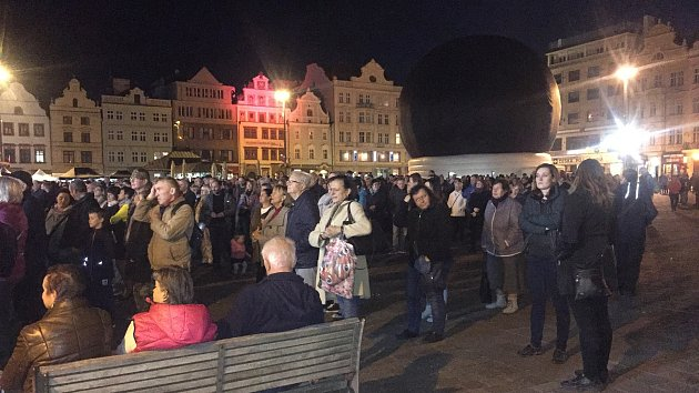 Koncert přilákal stovky lidí.