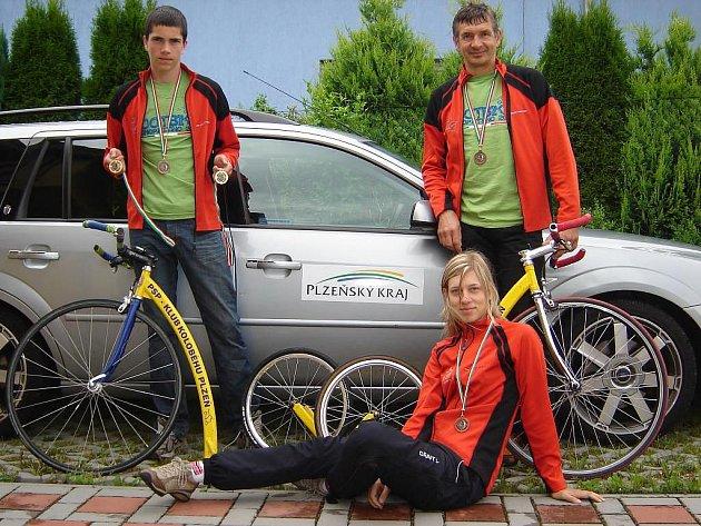 Plzeňští koloběžkáři  si ze závodu v Itálii přivezli domů čtyři cenné kovy. Na snímku jsou zleva Marek Kadlec, Patricie Kadlecová a Martin Kadlec