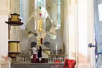 Nový oltář v kostele na zámku Zelená Hora.