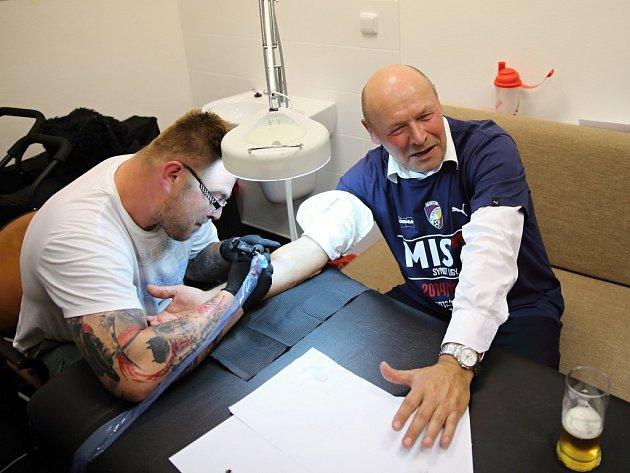 Když s vámi vyhraji titul, nechám si udělat malé tetování, slíbil hráčům v průběhu sezony trenér fotbalistů Viktorie Plzeň Miroslav Koubek. A svému slibu dostál, hned po tiskové konferencipo utkání s Jihlavou se svěřil do rukou tatéra.
