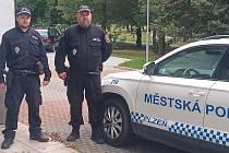 Strážníci Luboš Čapek a Luboš Martínek (zleva) zachránili život mladému muži.
