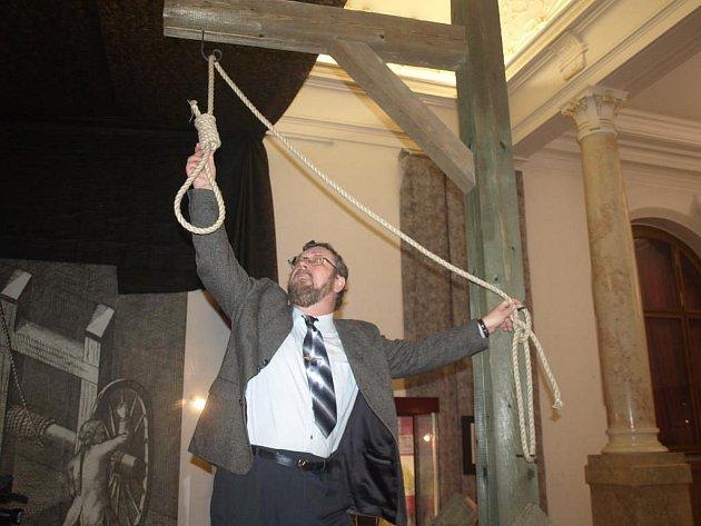 Kurátor výstavy Zločin a trest v Plzni a na Plzeňsku Miroslav Hus ukazuje jeden z atraktivních exponátů