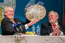 Prezident Miloš Zeman s koláčem, který pro něj upekli v blovickém pekařství. Vpravo starosta Blovic Jan Poduška