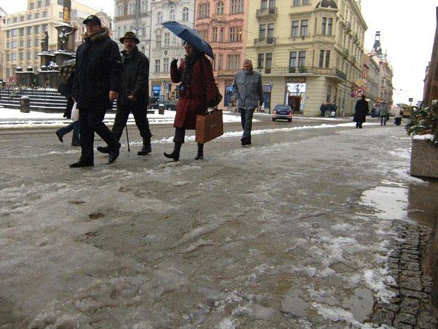 Před radnicí. Ani na náměstí Republiky v Plzni nebyly včera chodníky bezpečné. Déšt a vlhké počasí vytvořilo ze zmrzlého chodníku  klouzačku