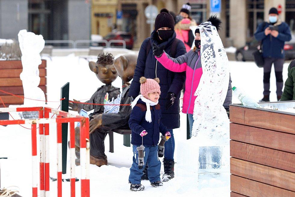 Ledové sochy vznikají na plzeňském náměstí Republiky. Z ledových bloků je přímo před zraky procházejících vytvářejí sochaři pomocí řetězových pil, dlát a dalších nástrojů.