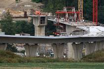 Západní okruh - komunikace propojující Domažlickou a Karlovarskou silnici, navržena v dvoupruhovém uspořádání o celkové délce 5,9 km. Ve výstavbě je II. etapa z Křimic na Košutku. Zároveň jsou budovány nové cyklostezky i biokoridory pro přechod zvěře.