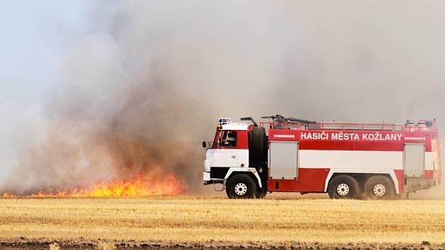 Požár pole a lesa u Horního Hradiště na severním Plzeňsku