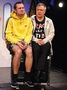 Antonín Procházka (vpravo) ve trojjediné roli autora, režiséra a herce – v hlavní roli kouzelníka Felixe (na snímku ze zkoušky spolu s Michalem Štěrbou) ve své nové komedii Kouzlo 4D na scéně Komorního divadla v Plzni