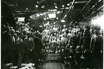 Škodováci oslavují vznik republiky. Na snímku jsou 29. října roku 1918 zachyceni pracovníci Škodových závodů. Na tabuli mají napsáno Svobodní občané čechoslovácké republiky.