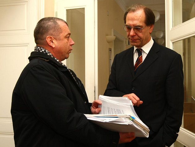 Zdeněk Koza (vpravo) s advokátem Jaroslavem Svejkovským