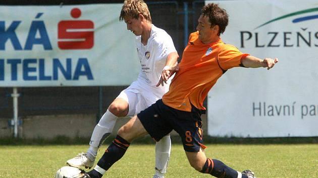 Patrik Hrošovský (v bílém dresu) bojuje o míč se soupeřem v utkání celostátní fotbalové ligy staršího dorostu proti mladé Boleslavi.