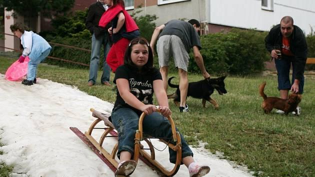 Zimní radovánky vždycky ocení především děti. Už pět let mají příležitost věnovat se jim i v červnu. A to před pivnicí U Vočka v Plzni. Nechyběly tradiční propriety spojené s Vánocemi, jako jsou stromek nebo zpívání koled