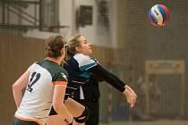 NEČEKANOU PORÁŽKU utrpěly hráčky týmu Volejbal Plzeň v posledním utkání sezony doma s posledním Hronovem. Na snímku vybírá servis soupeřek Karolina Valtová, její počínání pozorně sleduje Julie Chadimová.