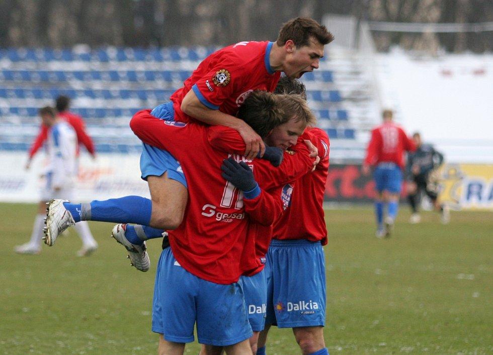 David Limberský proti Teplicím na jaře 2006 po vstřelené brance v klubku spoluhráčů. roměněné penaltě.