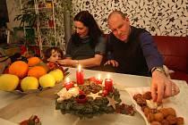 MOLDAVSKOČESKÉ VÁNOCE. Oxana Iutis Klenovcová pochází z Moldávie. V necelých devatenácti letech se však přestěhovala do České republiky. Většina zvyků, které na Vánoce rodina (na snímku je s manželem Martinem a synem Vítkem) drží, je už českých.