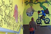 Podchod pod Rokycanskou u Baumaxu dostal zářivě žlutý nátěr a zdobí ho cyklistické motiv