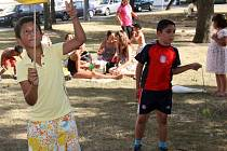 Udržet balanc je nutné nejen při pokusu o žonglování, ale i při hospodaření s penězi. Na akci Člověk v tísni na Husově náměstí byly připraveny stánky poskytující radu jak nakládat s dluhy, i aktivity pro děti. Mimo jiné i žonglování