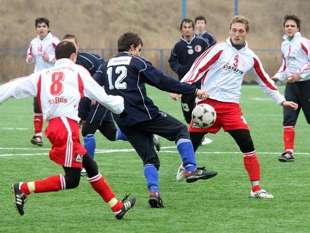 Úvodním kolem zahájí o víkendu fotbalové týmy z Plzeňského kraje.  Do bojů v divizi vstoupí také vejprnice (v tmavých dresech), která doma přivítají Třeboň