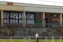 Tagy a graffiti. Plzeňané je mohou vidět všude. Jsou na zdech domů, v obchodech i tramvajích