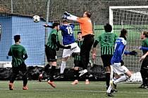 Hráči třetiligové Jiskry Domažlice (v modrém) v generálce na start ČFL porazili divizní FC Rokycany 2:1.