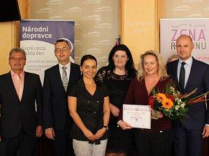 Držitelkou prestižního ocenění Žena regionu se stala Irena Vítovcová (s kyticí), zakladelka občanského sdružení ProCit.