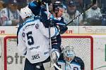 Utkání 51. kola Tipsport extraligy ledního hokeje se odehrálo 2. března v liberecké Home Credit areně. Utkaly se celky Bílí Tygři Liberec a HC Škoda Plzeň. Na snímku zleva Nicholas Jones a Michal Bulíř.