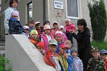 Na procházku jdou děti z MŠ Čížkov v doprovodu s ředitelkou Věrou Potocskovou a učitelkou Štěpánkou Linhartovou