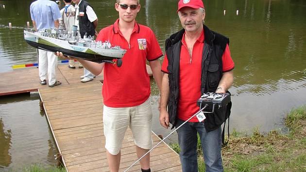 Lodní modeláři z Letkova, otec a syn Stanislav a Petr Jíšovi