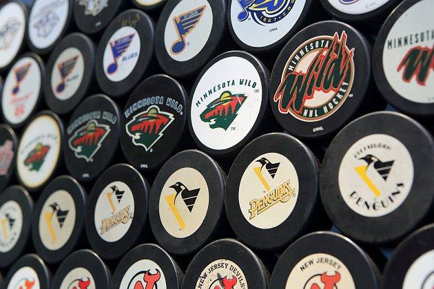 Jiří Ottis zNýřan na severním Plzeňsku má doma tisíce hokejových puků.