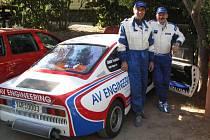 Plzeňská posádka Václav Pech starší (vlevo) a František Šimek  s vozem Škoda 130 RS krátce před startem závodu mistrovství Evropy historických vozidel Rallye Elba. Tento podnik  patří k nejnáročnějším v desetidílném seriálu šampionátu ME