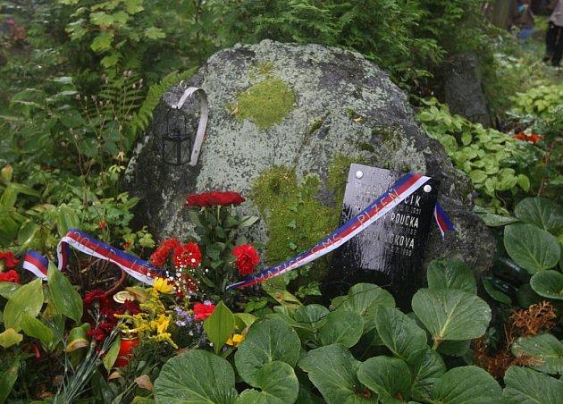 Kolem dvaceti lidí uctilo ve čtvrtek památku Julia Fučíka