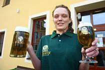 Servírka Miroslava Novotná ukazuje pivní novinku, která na sebe poutá pozornost netradiční barvou