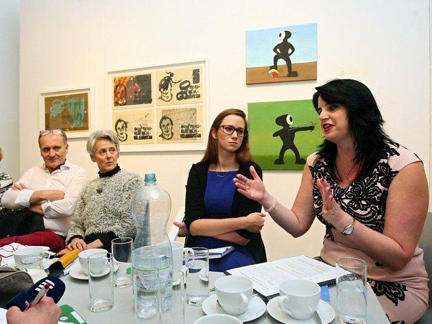 Výstavu představila Květuše Sokolová (vpravo), vedoucí odboru kultury, a Lenka Vaidišová kurátorka výstavy. Kromě výstavy nazvané 20 let Artotéky města Plzně jsou v podzemí GmP k vidění porcelánové objekty francouzských umělců a technologů