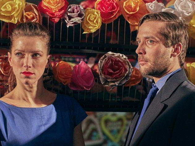 Režisér do titulních rolí obsadil Andreu Mohylovou a Petra Konáše (oba na snímku)