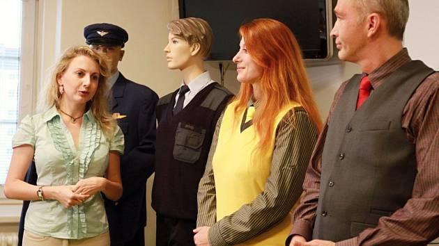 Návrhářka Alice Stuchlová (vlevo) představuje nové stejnokroje pro řidiče. Ve žluté vestě je řidička tramvaje Miroslava Hrušková, vedle řidič autobusu Tomáš Vorlíček. Na dvou figurínách vzadu jsou bývalé modré dopravácké uniformy.