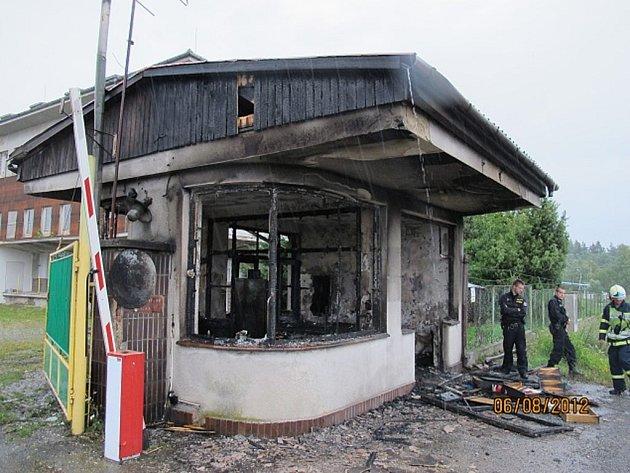 Než se vrátný stačil vrátit ze své obchůzky, bylo jeho pracoviště ve Dvorci na jižním Plzeňsku  v plamenech.