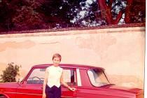 Věra Běhalová v 70. letech v emigraci se svým pověstným automobilem, s nímž vozila i české studenty a kunsthistoriky na významné památky.