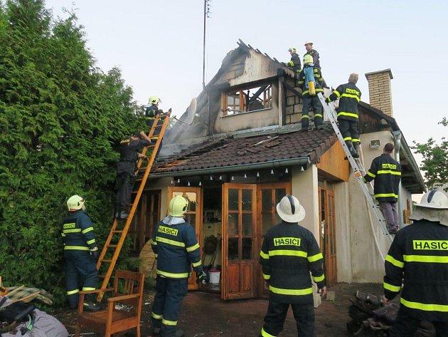 Hašení požáru chaty v Nechanicích