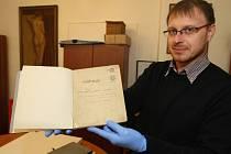 Vedoucí Archivu města Plzně Adam Skála ukazuje rukopis Fidlovačky z roku 1834.