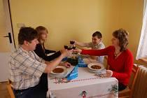 Miroslav Chalupa, dcera Miroslava, syn Martin a manželka Marta při vánočním obědě