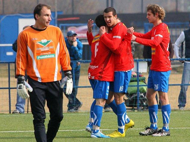 Fotbalisté Viktorie Plzeň B Jan Mudra, Dominik Mandula a David Štípek (zprava) se radují z druhé branky v síti Chomutova